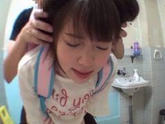 公衆トイレの密室で中出しレ●プをハメ撮りされるロリ!