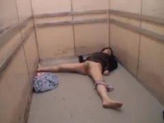 エレベーターに乗った熟女が眠らされて中出しされる悪質レ●プ!
