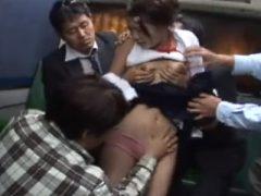 バスの後部座席でスケベな男たちに襲われる女子校生
