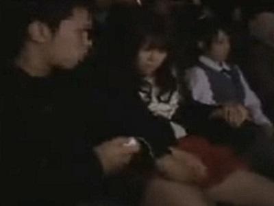 映画を観ていた母娘を狙った男が母親を犯してハメまくる