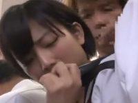 乗客で込み合う電車内で尻コキされてしまう美少女系女子校生