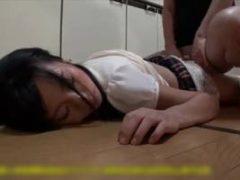 小●生の妹に睡眠薬飲ませてこっそり処女膜貫通させたろwww