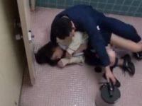 女子トイレに突撃した強姦魔がおしっこ中の女子校生を鬼畜にレイプ!