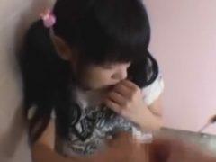 公衆トイレで女児にいたずら!チ●ポを見せられて涙目になっているJSが可哀想すぎる・・・