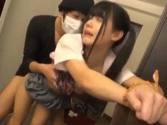 自宅の玄関で押し入ってきた強●魔に襲われるツインテールの女子校生