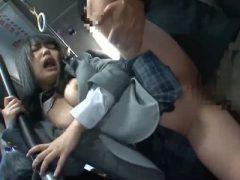 バスの車内でチ●ンに襲われ口内射精される制服姿の豊満女子校生