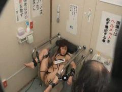 トイレに拘束された肉便器女が放置されてホームレスにレ●プされまくるwww