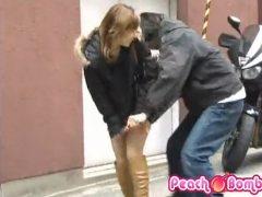 道行く無防備なミニスカ女性に襲いかかって路上チ●ンする男wwww