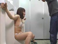 女をトイレに拘束してこれが本当の肉便器ってね!wwww