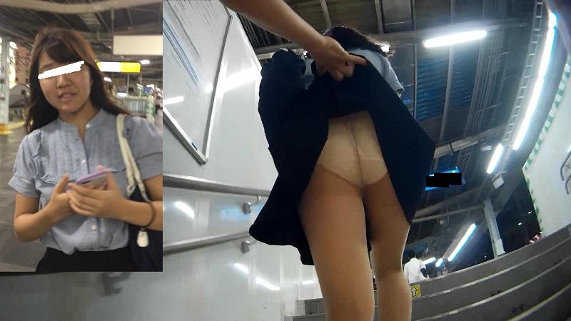 第7弾【OLさん階段めくりとわざとバレ】スカートめくりパンチラ