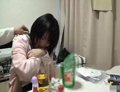 拒否する小×生を強引に自宅に誘い、飲み物に薬を混ぜ寝てる間に犯す極悪映像!【無修正】