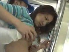 気が強そうな人妻がガチ走行中の電車の中で犯されちゃうwwww