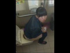 トイレ盗撮!バレちゃいますw