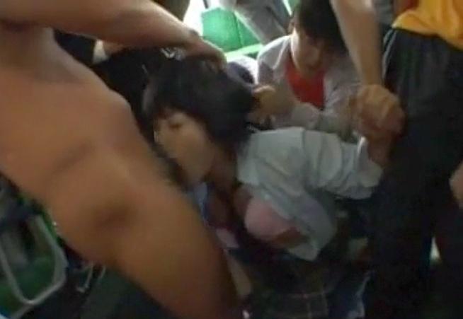 バス内でレ●プされて乗客にぶっかけられる悲惨な女子校生