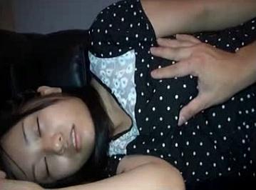 【個人撮影】妹を眠らせてガチで犯してる動画が怖い……