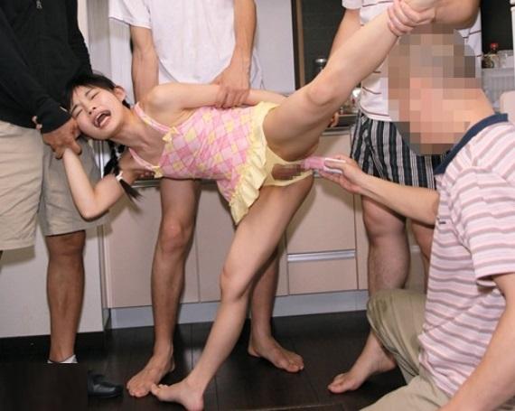 『やめて!お股が変になる!!』一人でお留守番してる小●生のマンコとアナルを犯した鬼畜映像!