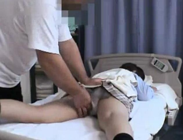 保健室で寝ている女子校生をマッサージすると見せかけてレ○プwwww