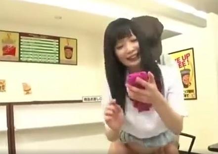 携帯に夢中な女子校生は店員からレ○プされても気付かないwww