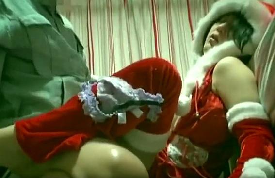サンタの格好をしたお姉さんを眠らせて中出しレ○プwwww