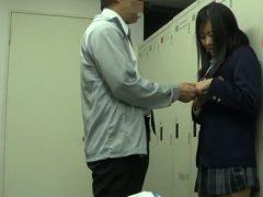 ロッカー室で女子校生を教育的指導で中出しレ○プwww