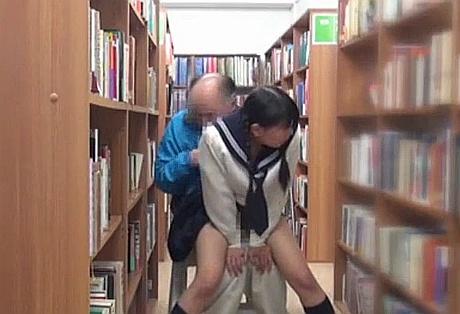 三つ編みロリJCを図書館でチ●ンしてレ○プwww