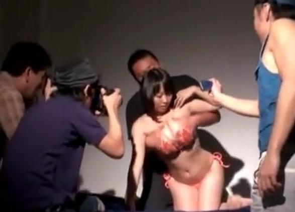 爆乳ちゃんのグラビア撮影会のはずがいつの間にか輪姦レ●プ撮影会になったwwww
